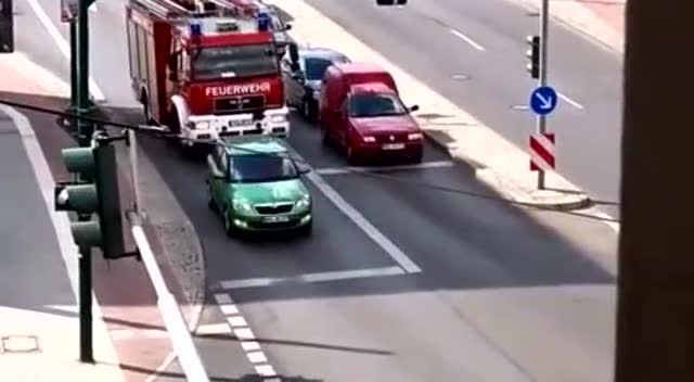 后面是消防车警笛声!这司机该怎么办?
