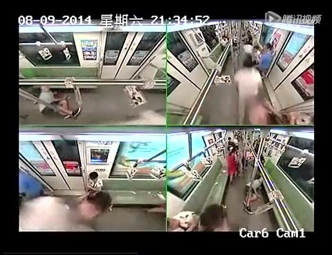 上海地铁一老外晕倒 3节车厢乘客10秒内跑光截图