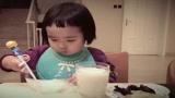 小蛮真能吃,吃完鸡蛋还来碗稀饭,牛奶加木耳和水煮蔬菜