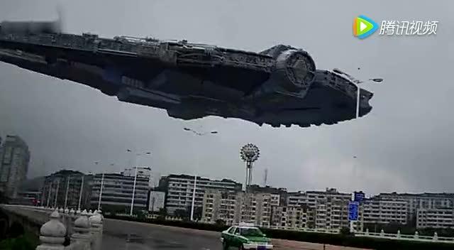 ufo外星飞行器经过郊区
