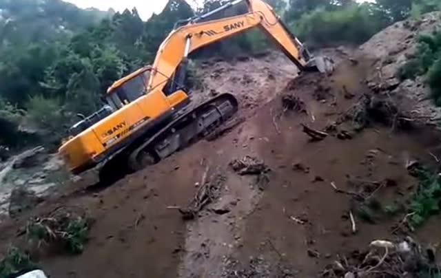 挖机斜坡起步技巧图解