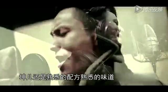 腾讯娱乐讯 据香港媒体报道,陈坤8日发微博称,女影迷用砖头打爆了他座驾的玻璃:今天在拍摄现场来了一位小妹妹,20岁出头,背一个双肩包。我经过她时她叫我一声,我对她点头笑一下。到拍完今天的戏时从棚里(里)走出来,她径直走过来,没有笑,问我可以拍照吗。我说等我卸完妆吧。她点点头,之后,我和她合影,之后,她用砖头砸碎了我的车玻璃,因为她说她曾经是我的影迷,现在不支持我了。 消息一出,不少粉丝均对陈坤表示担心,陈坤表示:没事,放心。看那小姑娘的眼神,挺为她担心的,虽然我也有点儿生气。之后陈坤搞笑地上载几张自