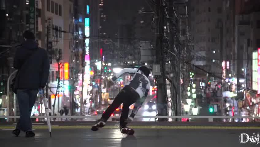 街頭藝人二胡演奏一曲《為了誰》路人圍觀