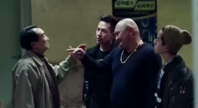 三个小欺负高手里混混老人,浑然不知武林是个包间老人电影电视剧为什么都要v三个图片