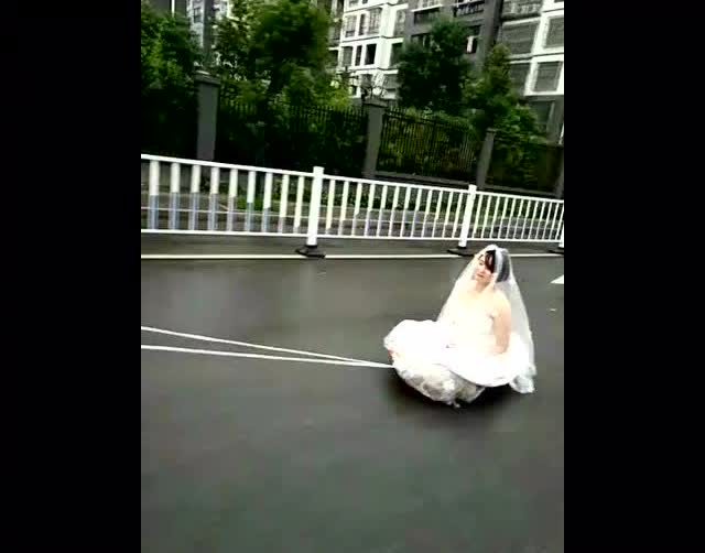 新郎吓得把新娘扔进了垃圾桶