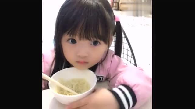 小女孩吃面的样子好可爱!