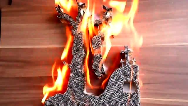火柴摆成人吊死在树上图案 火烧画面透着莫名的诡异!