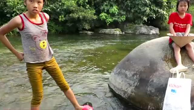 小女孩下水游泳视频