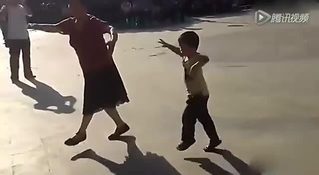 小男孩跟随奶奶跳广场舞 姿势惹人醉