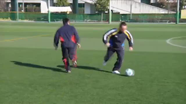 视频:汤姆-拜尔训练1vs1对抗之踩球变向突破