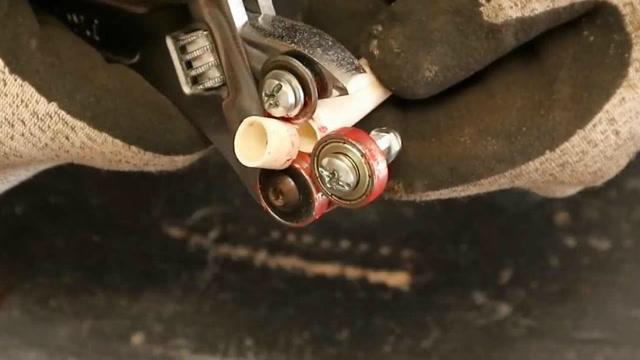 牛人将扳手改成切管工具,很实用!