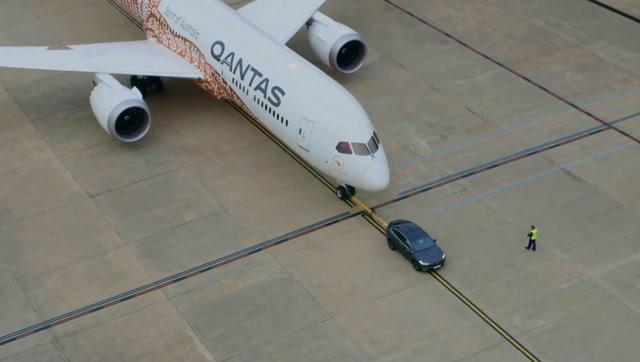 特斯拉拖动波音787超过300米 创吉尼斯纪录