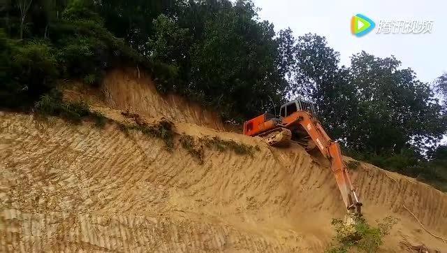 牛人開得這手挖掘機給100分!藍翔招教嗎?