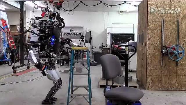 最先进的人形机器人:会倒垃圾和清理地毯