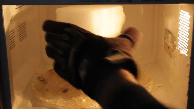 把干冰放入液氮再放入微波炉会发生什么
