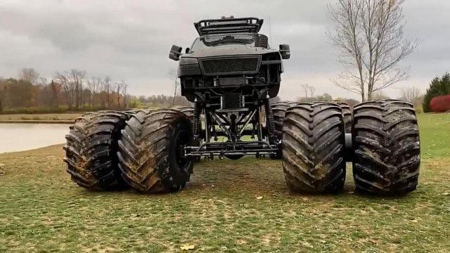 土豪改装皮卡车,这轮子得有一个车身大了