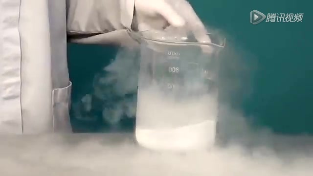 科学小实验:液氮遇到肥皂泡会发生什么