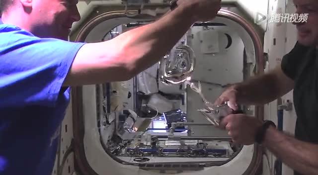 """宇航员在太空将GoPro放入""""一滴""""水中"""