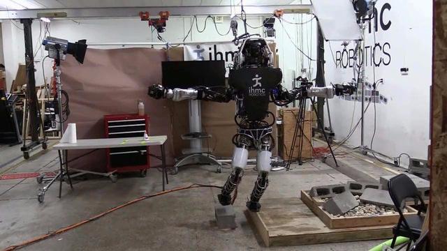 阿特拉斯机器人展示超强的平衡能力