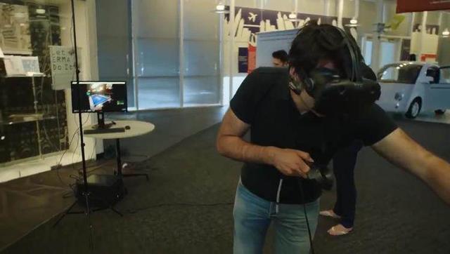 世界台球冠军用VR打台球 竟摔了个大跟头