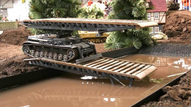 强大的RC模型:工程桥梁坦克车,用坦克搭一座桥!