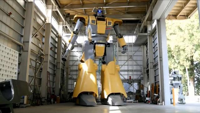 日本工程师手动造超级机器人:身高将近9米