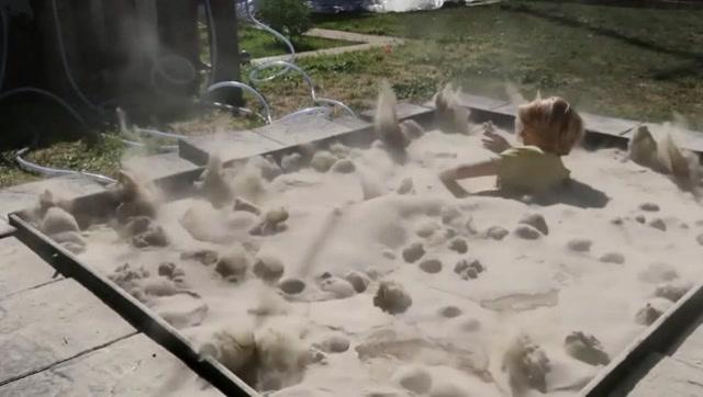 牛人打造了一个液态沙池,躺在里面感觉很奇妙