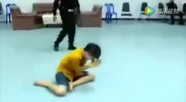 泰国征兵现场如综艺节目:抽到红签崩溃 抽到黑签疯癫