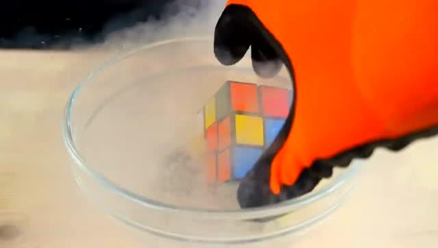 用零下196度的液氮冷冻魔方