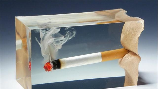 奇异的树脂艺术:将熄灭的卷烟嵌在环氧树脂里