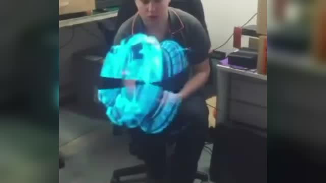 老外曬中國產LED電風扇,效果太科幻了!