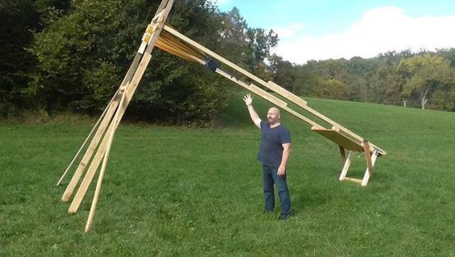 太牛了!光头大叔DIY巨型保龄球发射器