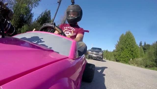 牛人在玩具車上安裝真實的引擎,時速達106公里!