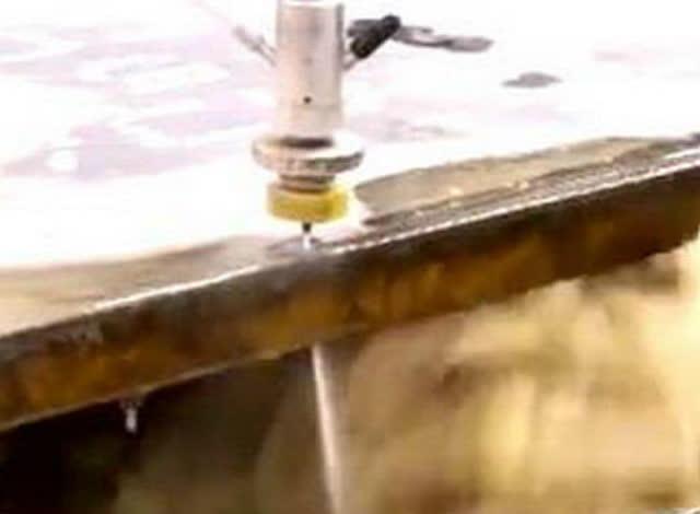 水刀威力有多大?輕松切割5厘米液壓機底板