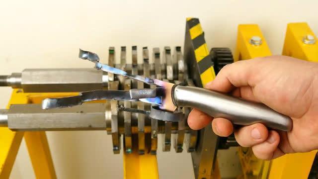 将1000度热刀放进碾压机里,出来竟成了铁渣子!