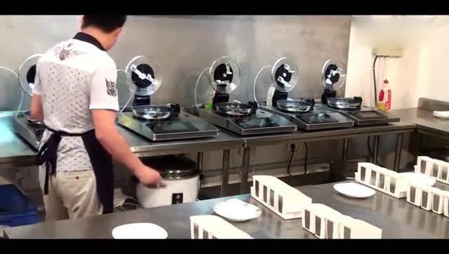大陆研发的半自动炒菜机 1个厨师同时操控5台机器