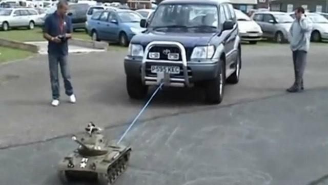 RC遙控坦克拉動一輛汽車,動力真強勁!