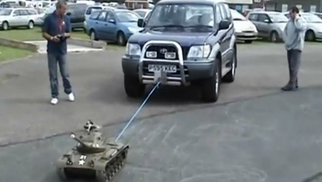 RC遥控坦克拉动一辆汽车,动力真强劲!