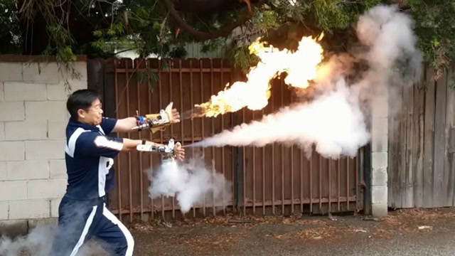 很霸气!牛人制作了一个从手腕喷火和液氮的装置