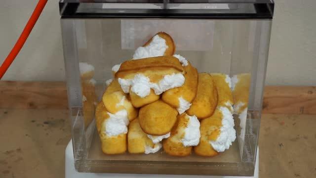 将16块夹心饼放进真空会发生神奇的变化