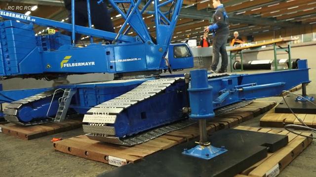 目前世界上最大的遥控起重机模型利勃海尔760