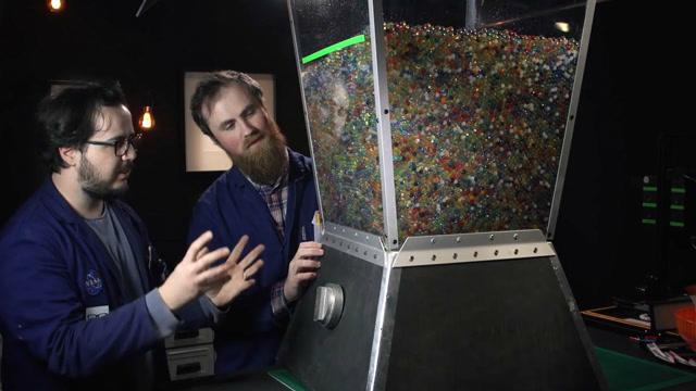 2萬多個水球放進巨型攪拌機,結果會發生什么?