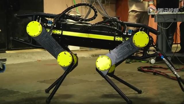 最佳机器搜救犬面世:撞倒也能自行站起来