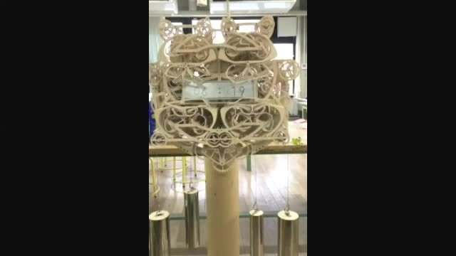 牛人用400多个木头部件制作的时钟