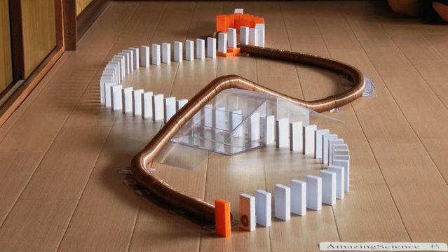 多米诺骨牌 vs 世界上最简单的电车