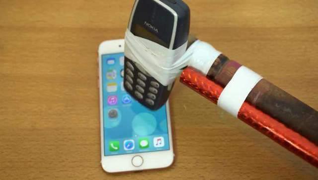 用诺基亚3310砸iPhone 7