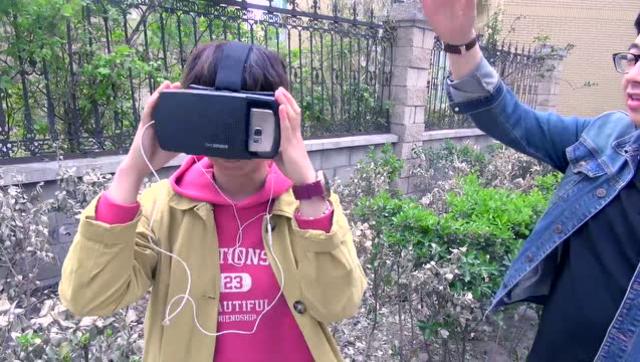 街拍VR體驗 妹子看成人片太尷尬了