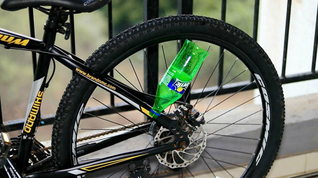 难以置信的生活技巧,用塑料瓶让自行车也有引擎声!