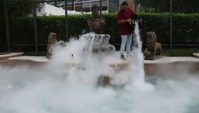 将液态氮倒进水池,画面很震撼!