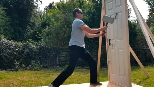 真会玩!老外制作雷神之锤用来砸车门和木门
